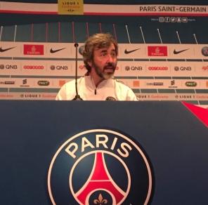 coach du PSG dans la salle de conférence